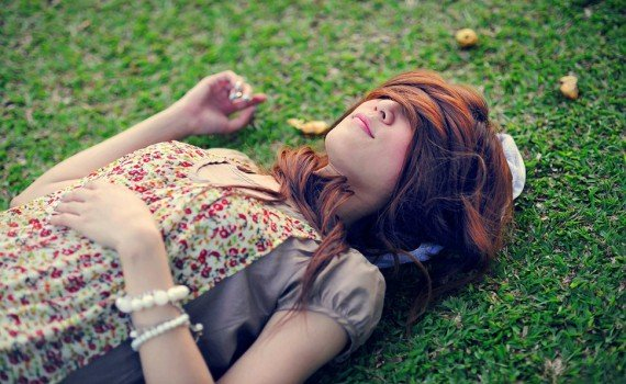 131356__situation-girl-woman-hair-bracelets-jewelry-accessories-nature-grass-green-meadow-asleep_p